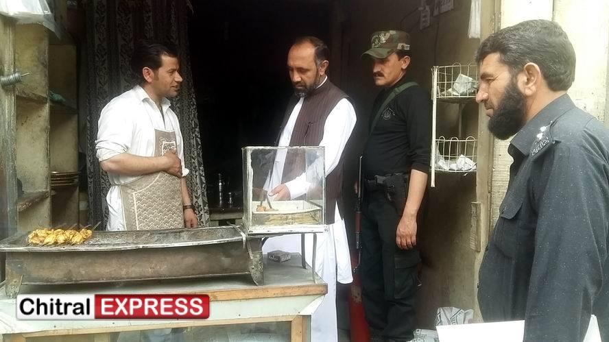 Photo of اسسٹنٹ کمشنر چترال عبد الاکرم کا چترال کے مختلف بازاروں کا معائنہ ، گرانفروشی، کم وزن اور ناقص صفائی پر متعدد دکانداروں کو جرمانہ